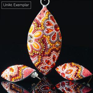 Oval fantasy: kombination hänge och örhänge gjord av små kristaller med varma färgger och sterling silver som ram.