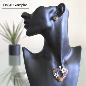 Naturen i mitt Hjärta - kombination hänge och örhängen gjord av harts (resin) och naturliga små blommor. Rammar är sterling silver.
