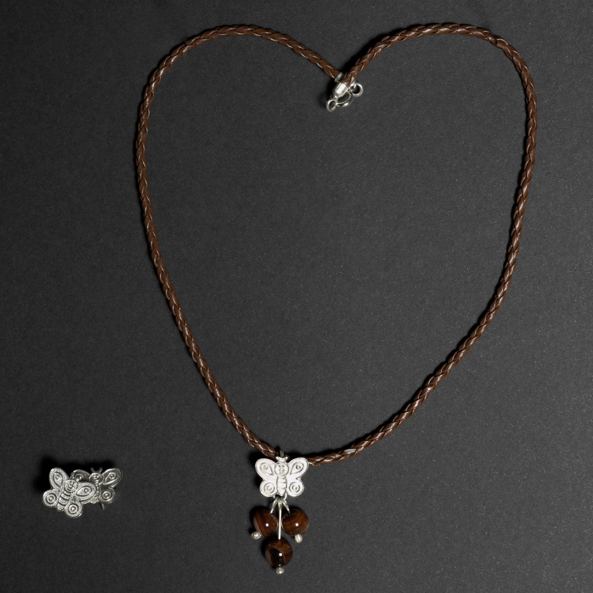 Cygni: Kombination av halsband, berlock och örhängen. Sterling silver och kristaller, glansig och polerad