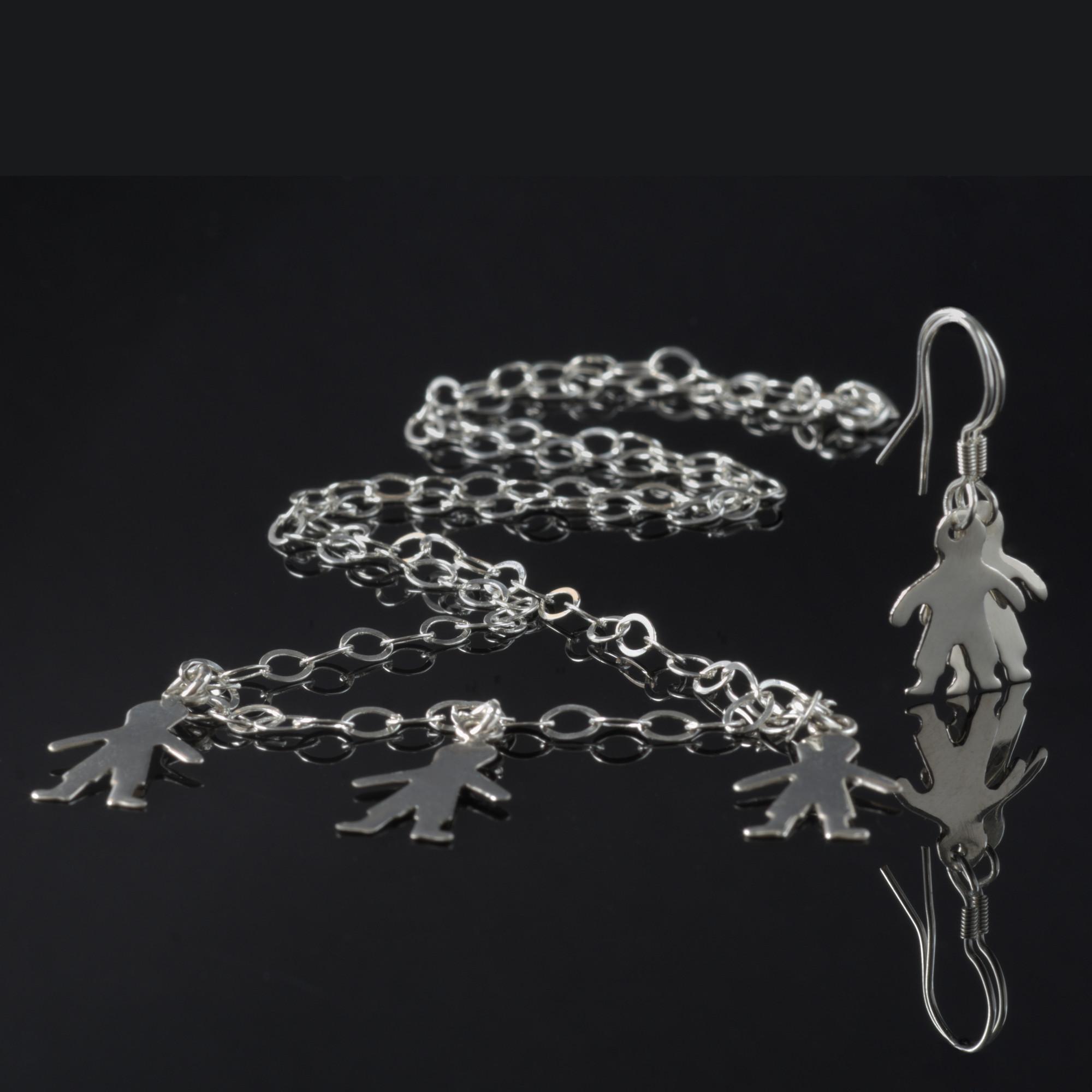 Nunki: Kombination av halsband, berlock och örhängen. Glansig sterling silver med ringar och tre barn siluetter.