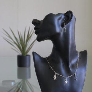 Nunki - Kombination av halsband, berlock och örhängen. Glansig sterling silver med ringar och tre barn siluetter.