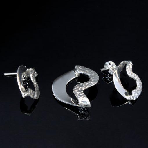 Antares: Glansiga och randiga kombination av sterling silver örhängen och berlock med ojämn form