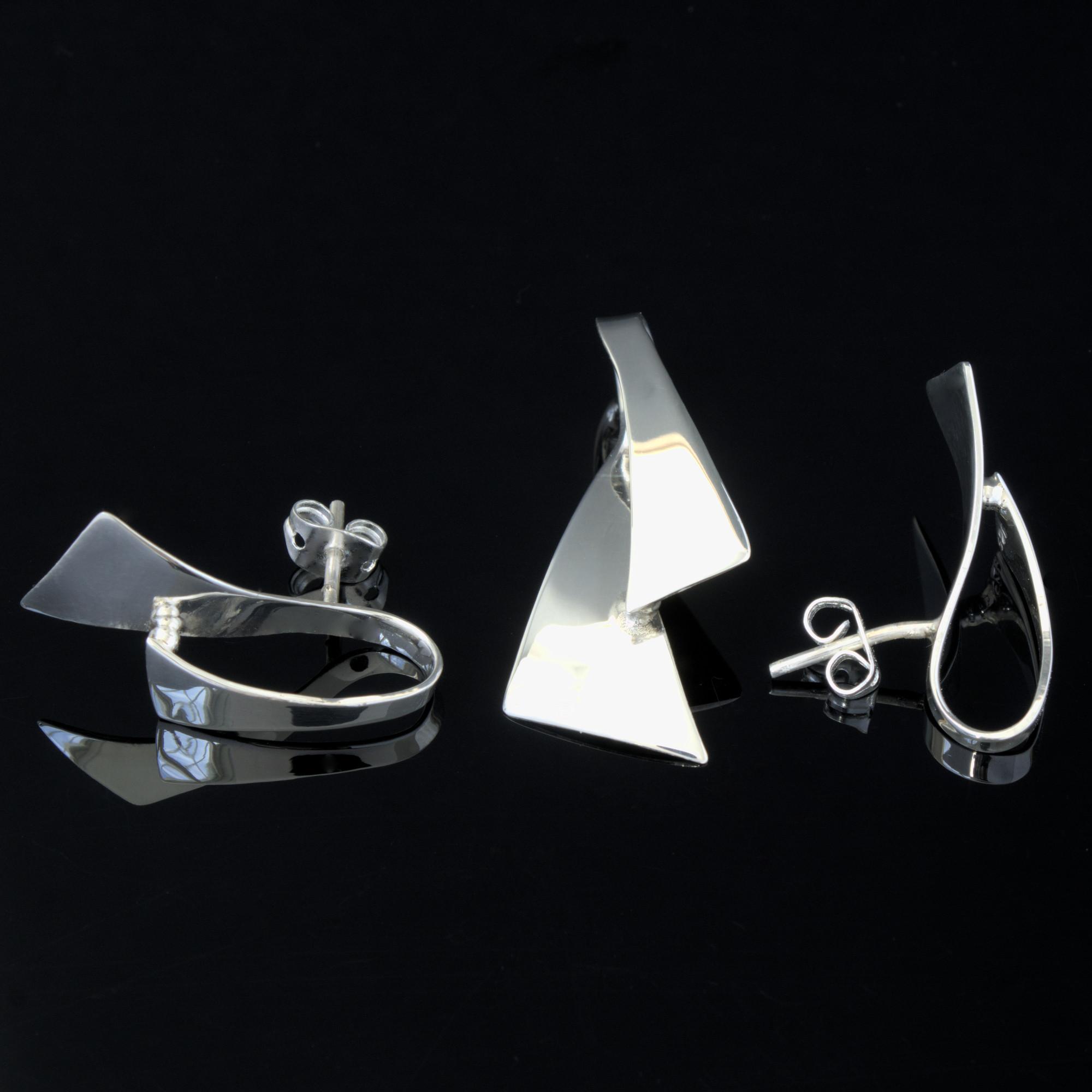 Bellatrix: Kombination av berlock och örhängen, triangel med glansig silver finish