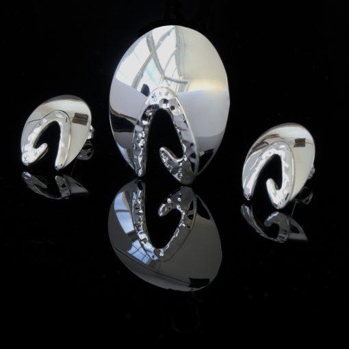 Capella: Örhängen och berlock med glansiga och hamrade ytror. Material är sterling silver.