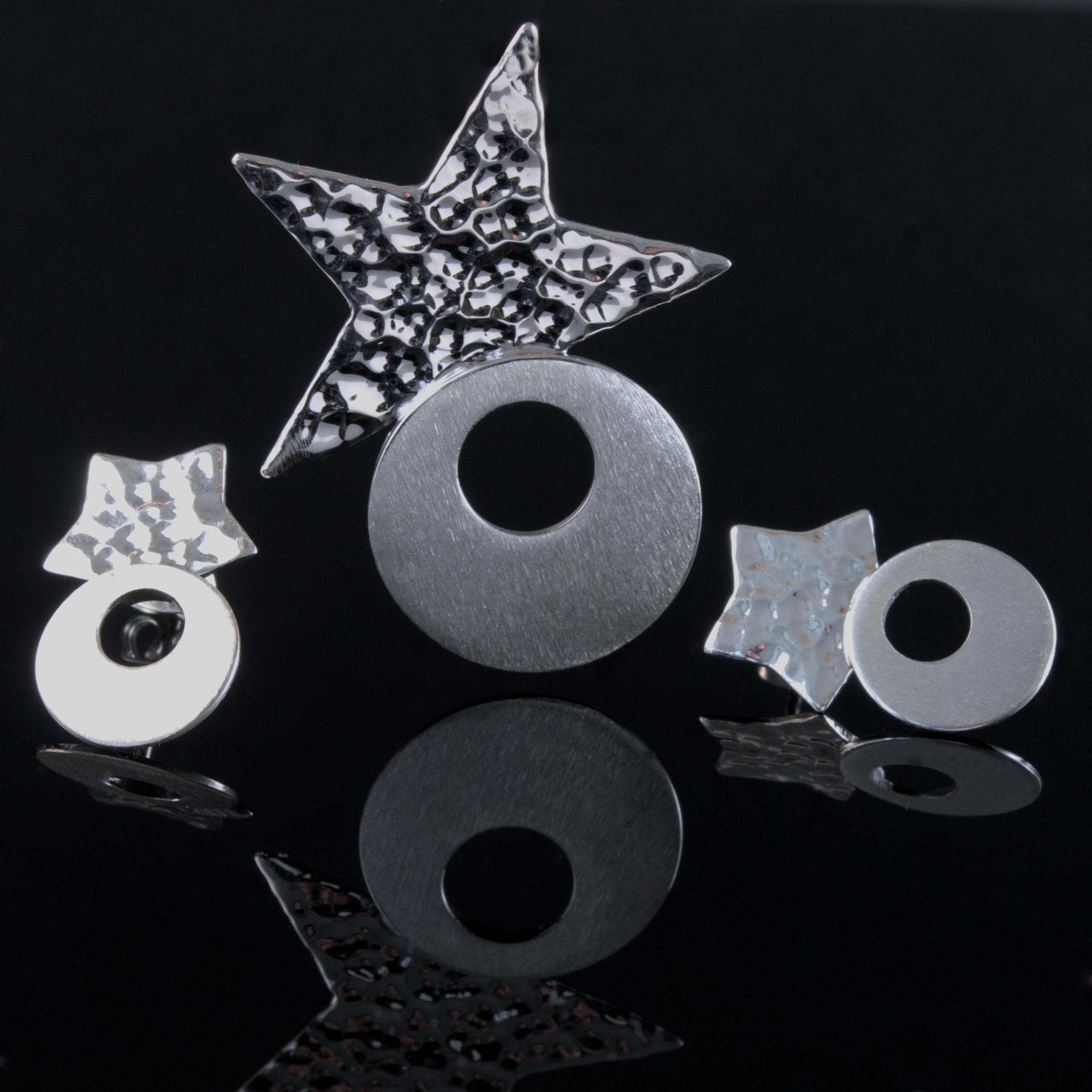 Carina: Örhängen och berlock med stjärnor och cirklar form. Med borstad och hamrad finish. Material är sterling silver.