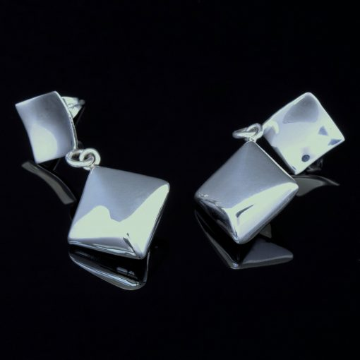 Columba: Örhängen med två firkanter med glansig finish och sterling silver material.