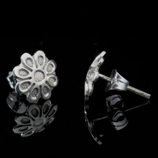Corona: Glansiga och randiga örhängen med blomma form och sterling silver material.