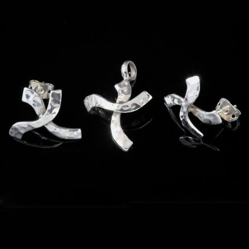 Crux: Kombination med berlock och örhängen, kors med hamrad silver finish