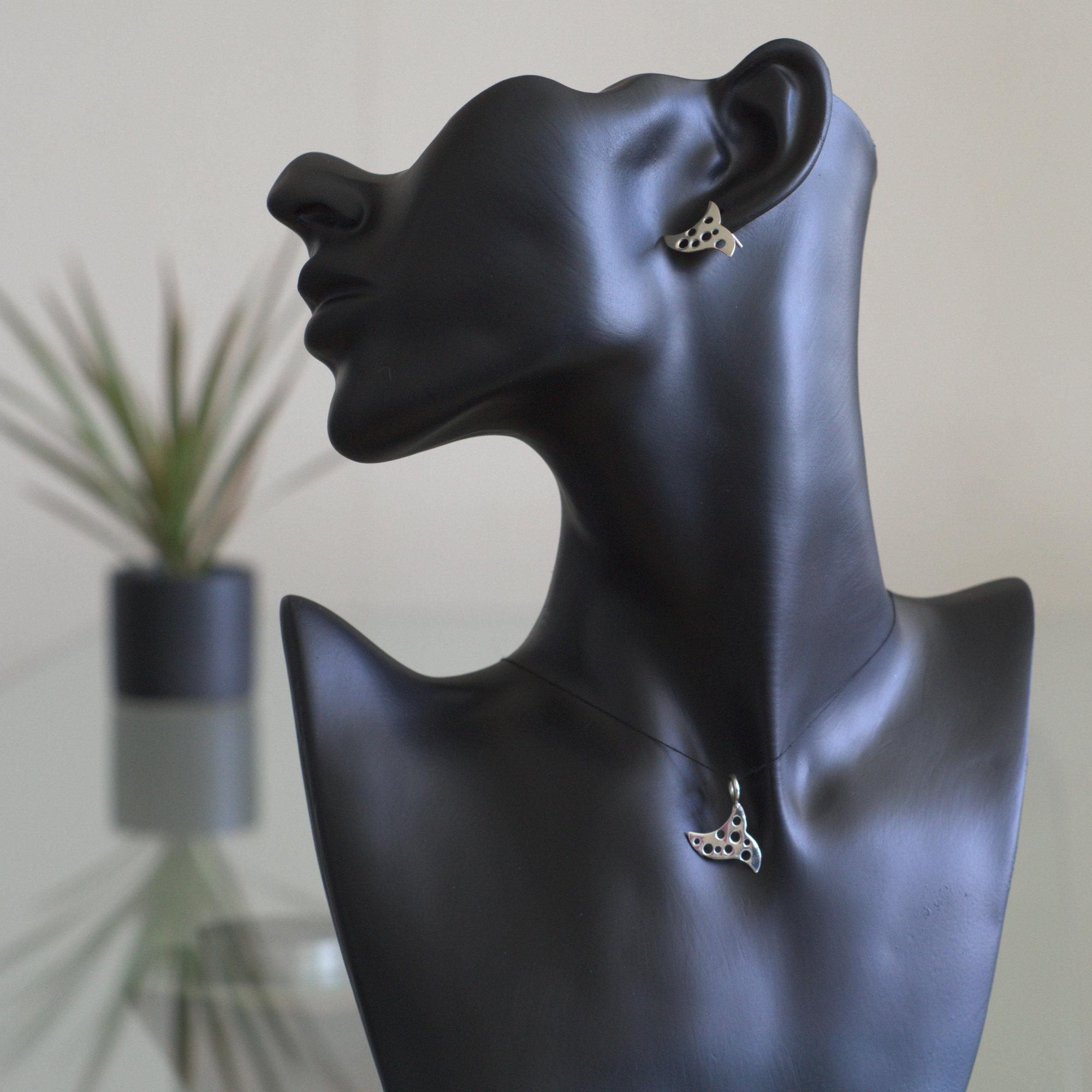 Spica: Berlock och örhängen med triangel form. Glansig sterling silver.