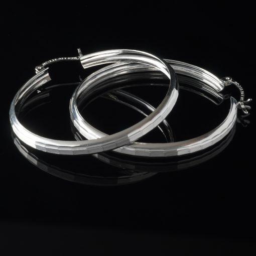 Aro Bello: Örhängen med små linjer längs orhänger och kantiga. De är gjorda av sterling silver.