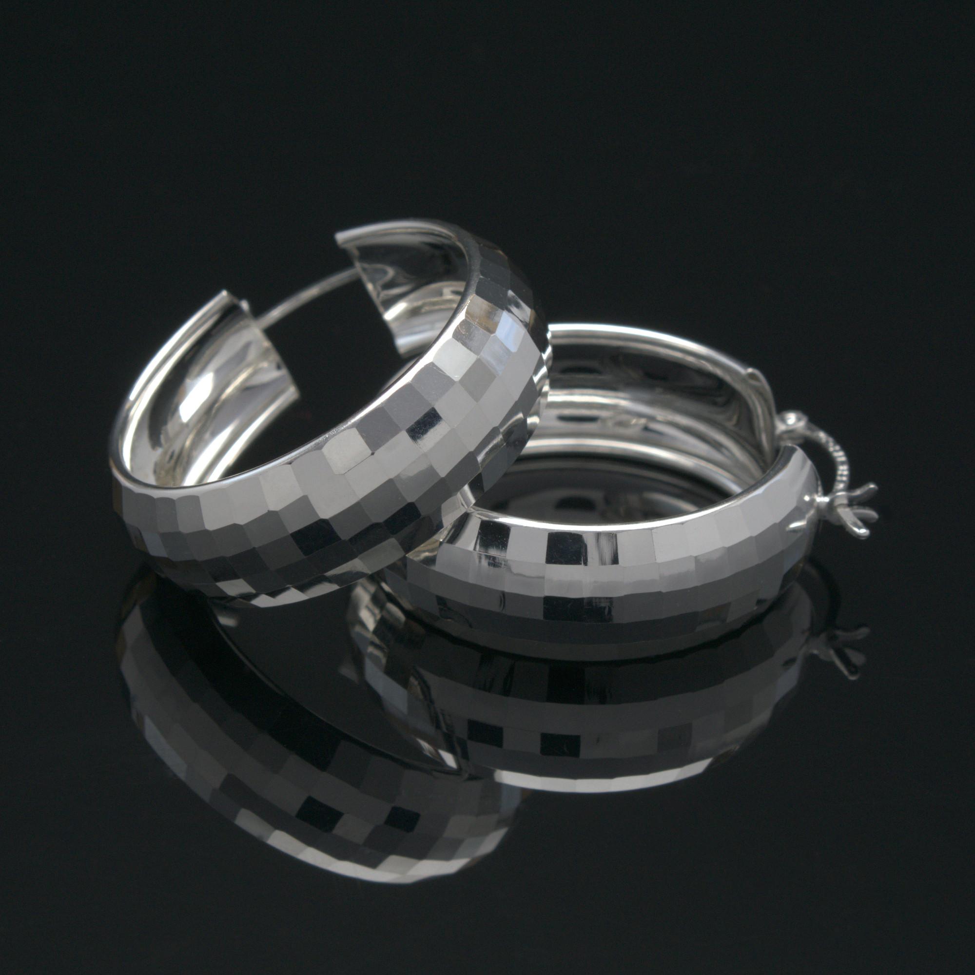 Aro Ruth: Rutiga glansiga örhängen gjorda av sterling silver