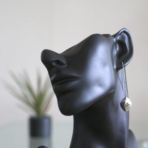 Auriga: Örhängen med en romb. Glansig finish gjord av sterling silver.