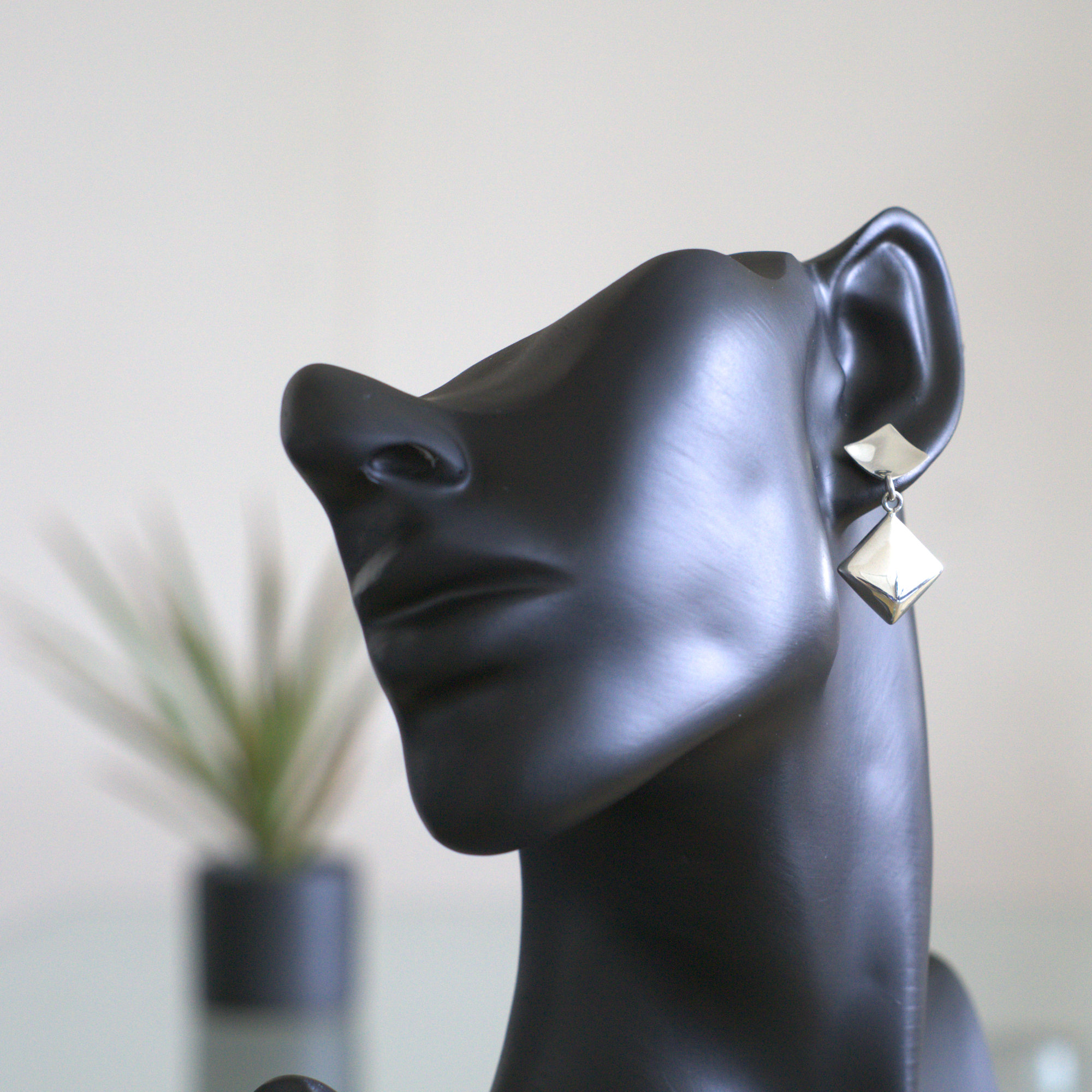 Columba: Örgenhägen med två firkanter med glansig finish och sterling silver material.
