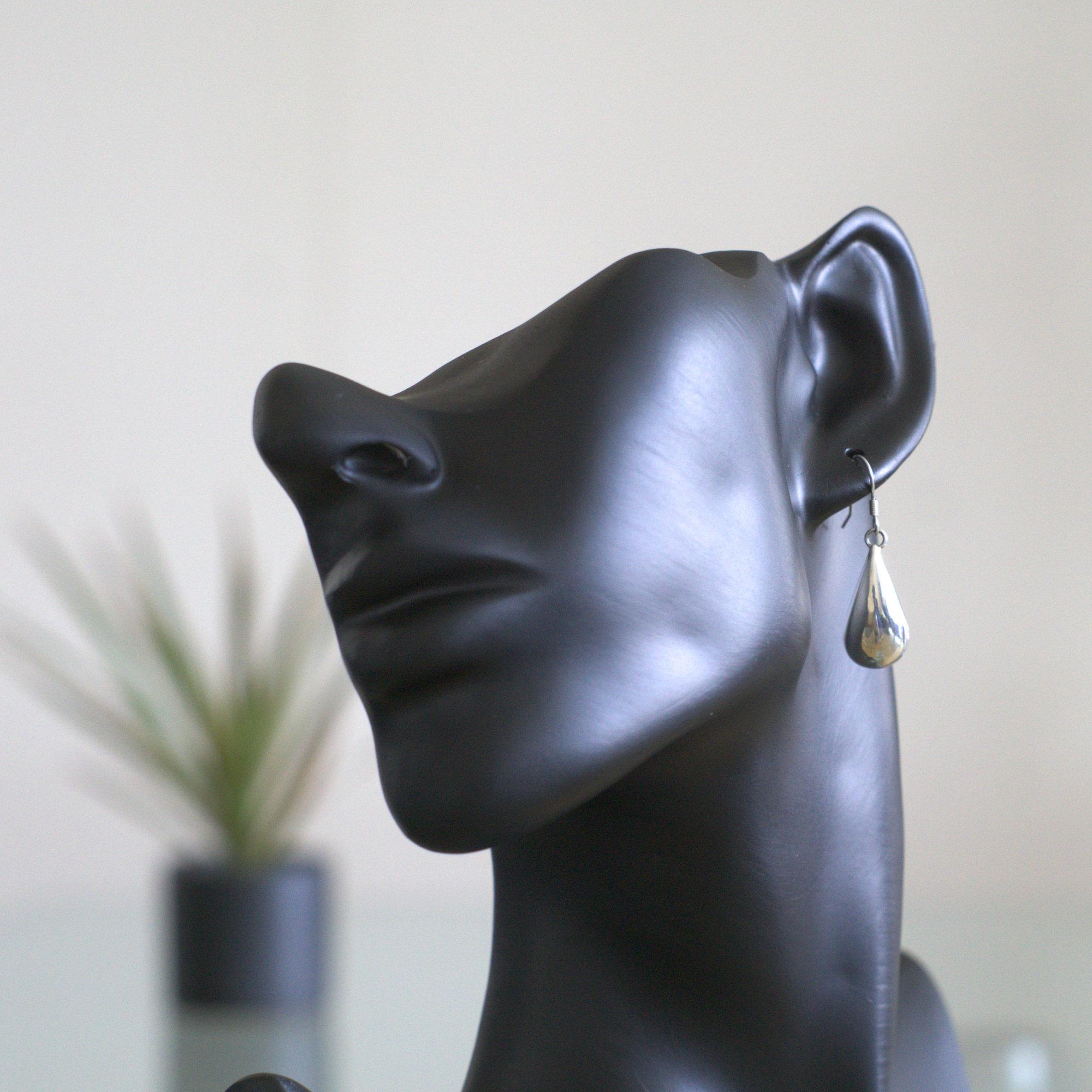 Droppe: Örnhänge med droppe form gjorda av sterling silver och glansig finish.