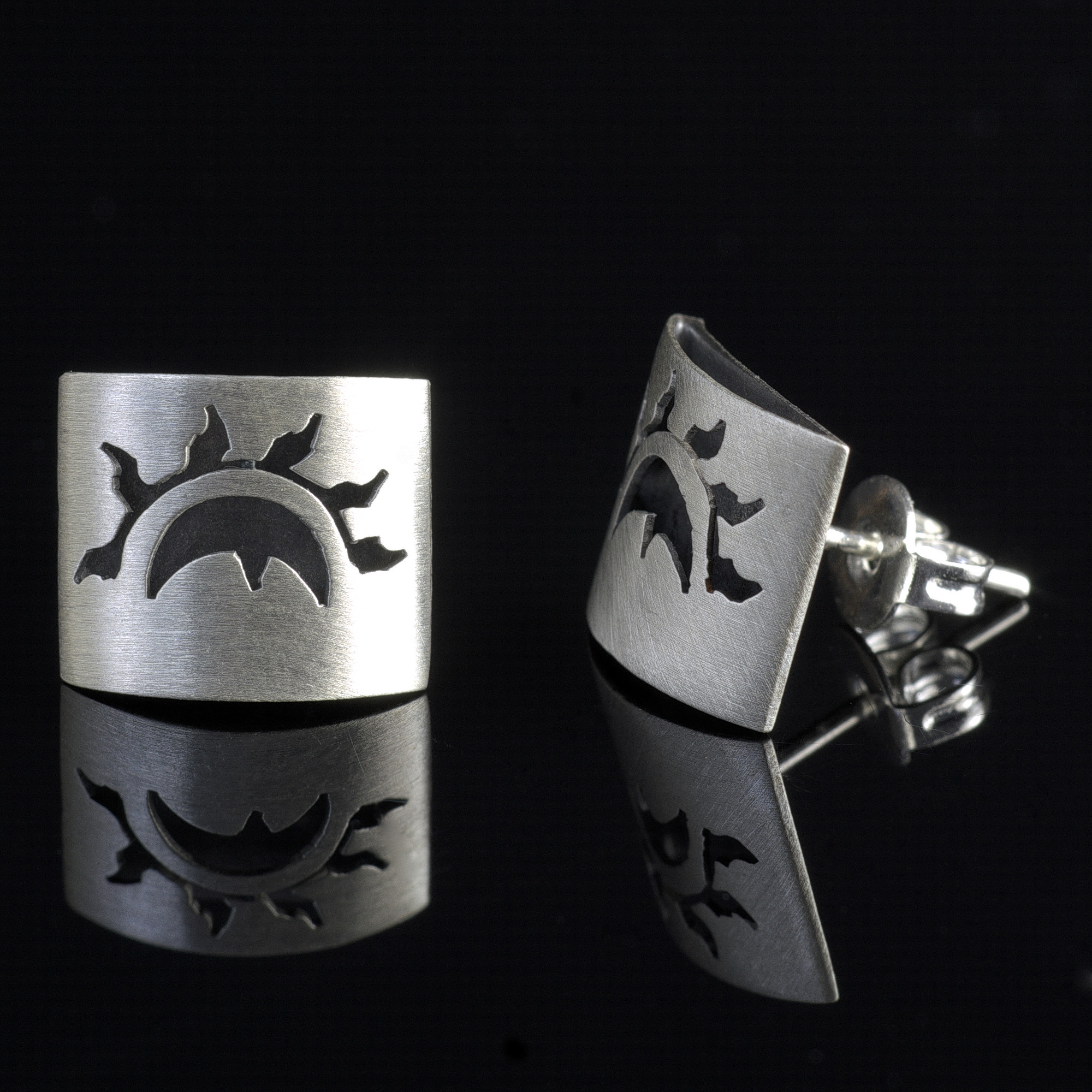 Eclipse: Månen och solen örhängen. Borstade. De är gjorda av sterling silver.