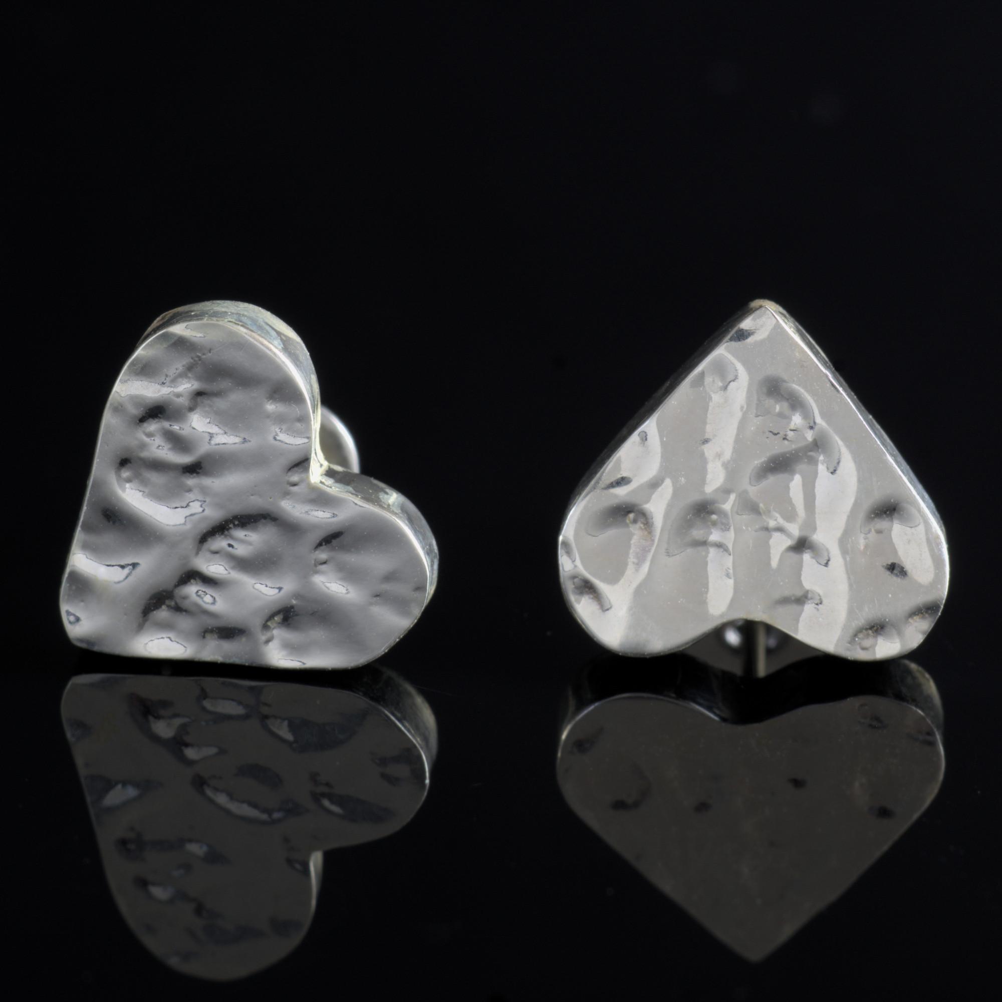 Gliese: örhängen sterlingsilver, hjärta med hamrad silver finish