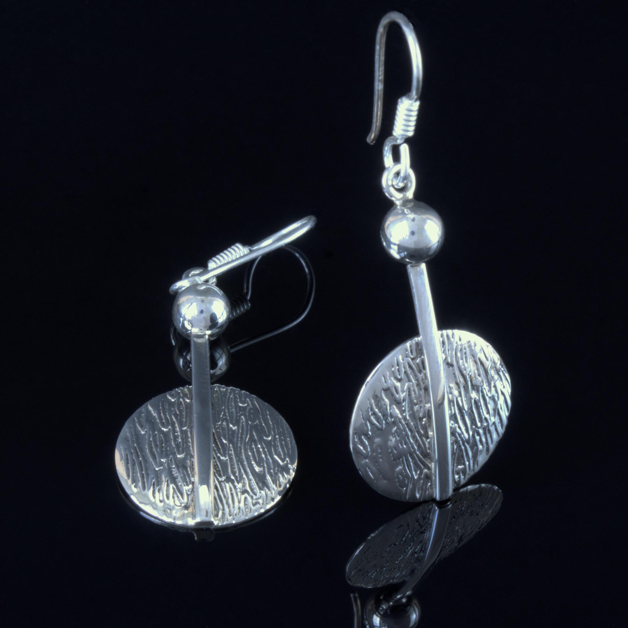 Lyra: Randiga örhängen gjord av sterling silver.