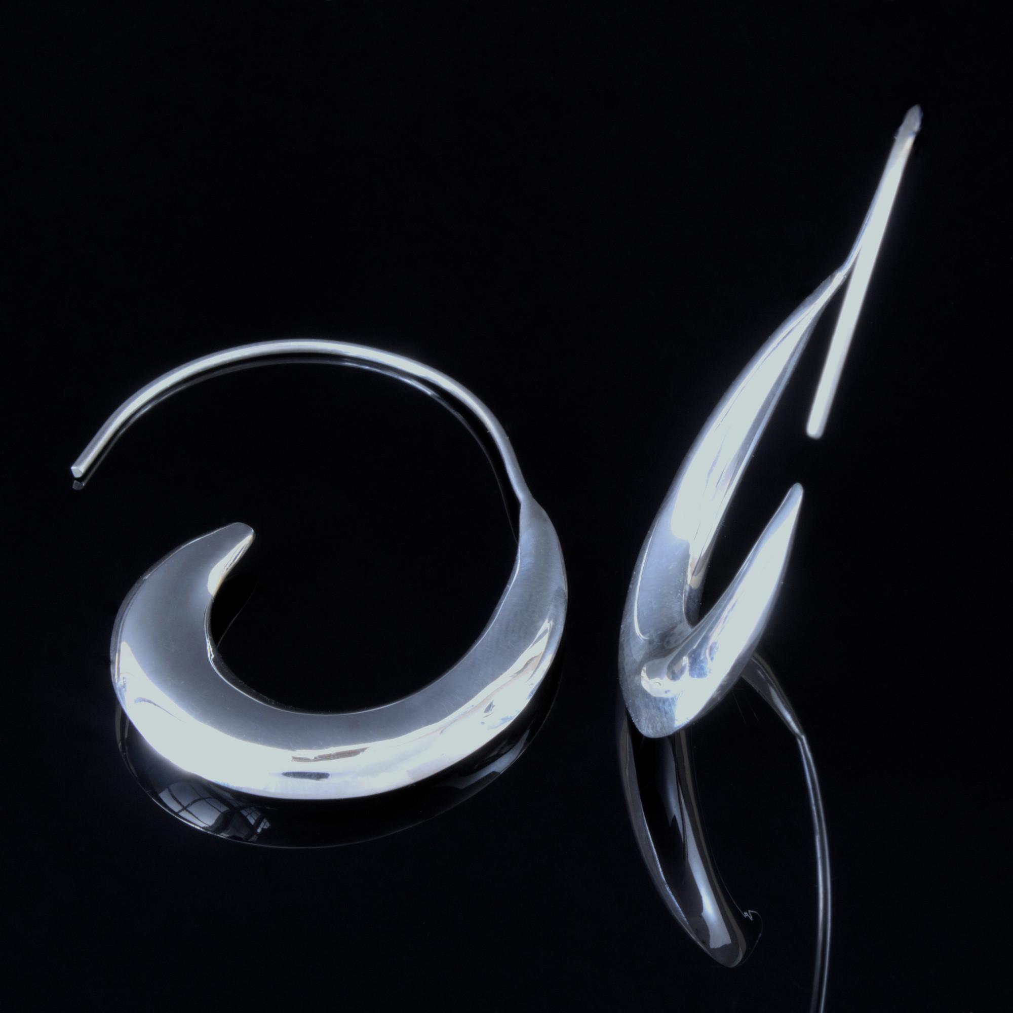 Måne: Örhängen med måne form. de är glansiga och gjorda av sterling silver.