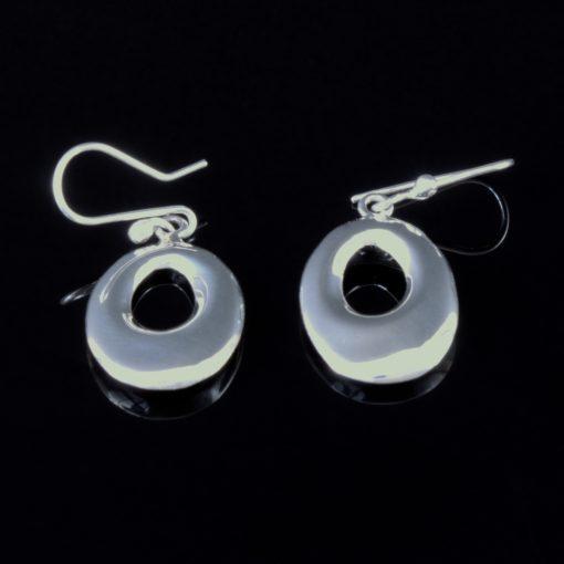 Situla: Örhängen gjorda av sterling silver och glansig finish. Oval form.