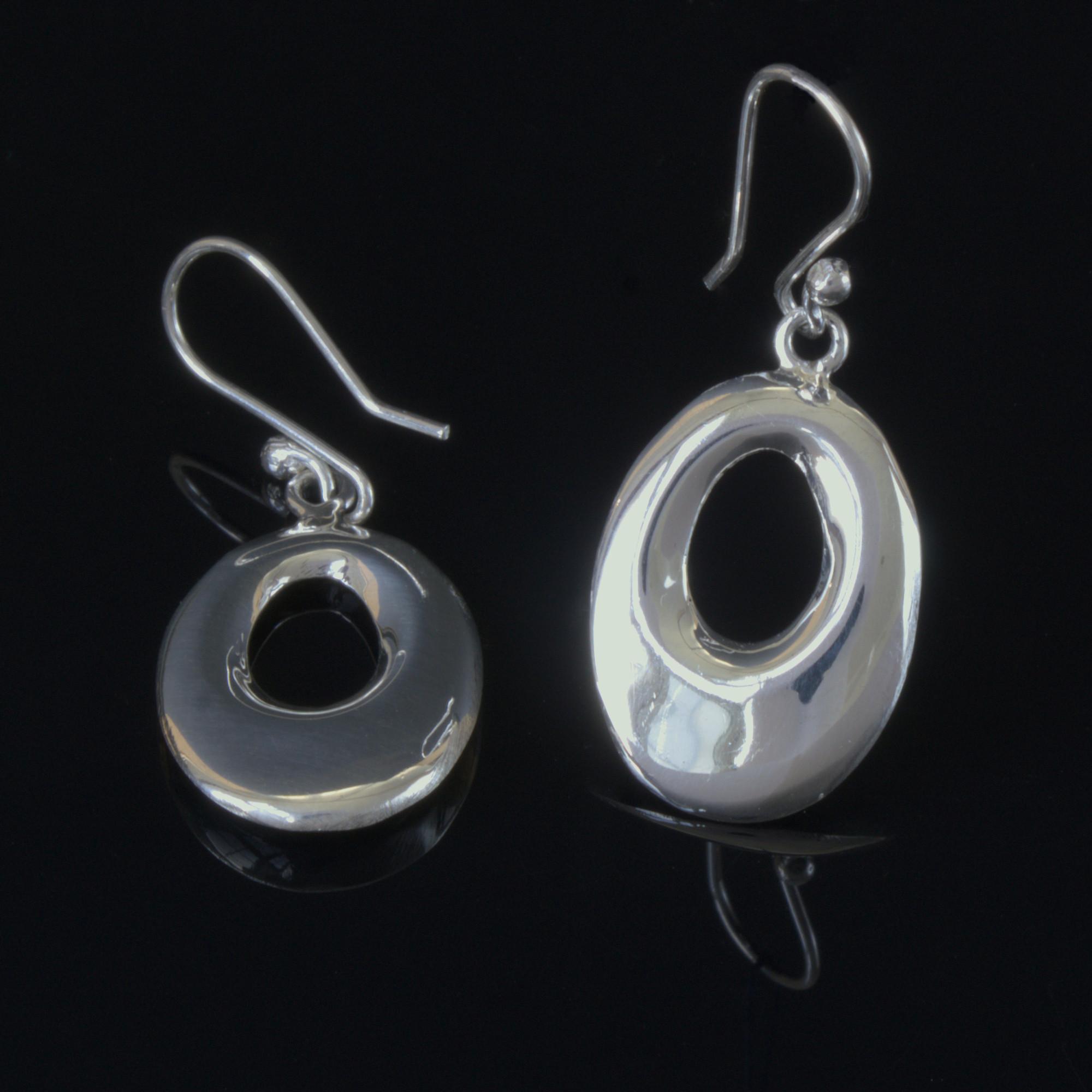 Situla: Örhängen gjorda av sterling silver och glansig finish. Oval form
