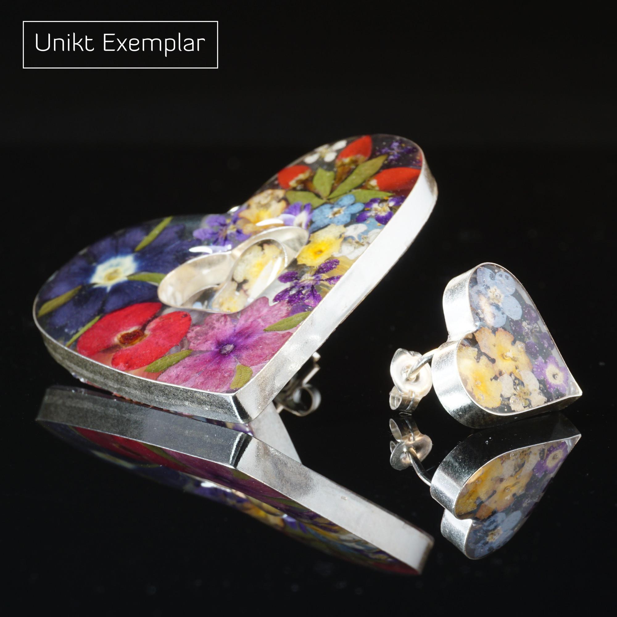 Färgglatt Hjärta: kombination hänge och örhängen i hjärta form med finish av harts och små blommor. Ramarna är sterling silver.